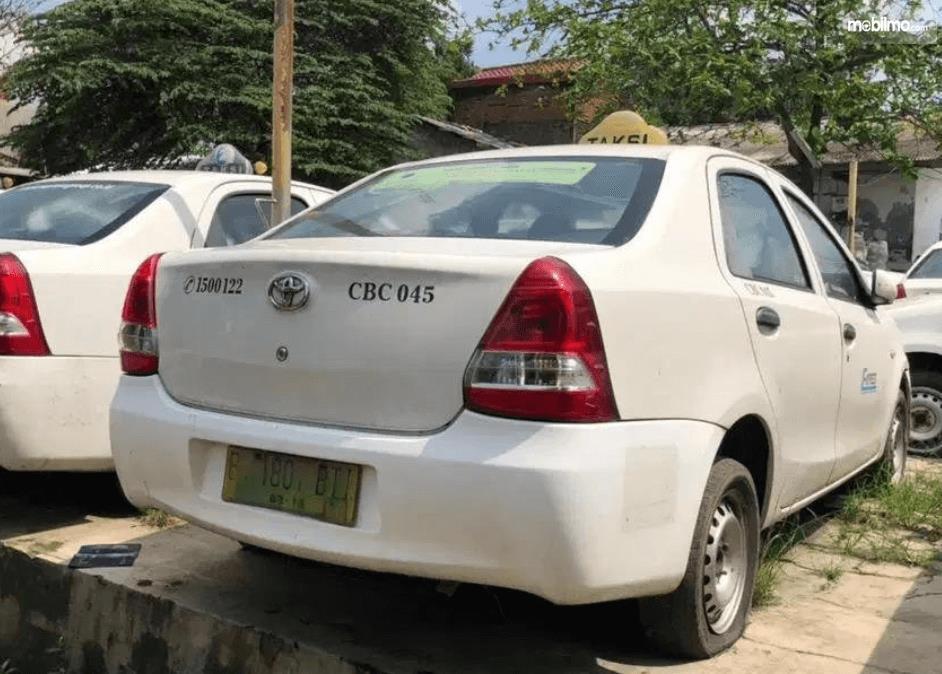 Gambar ini menunjukkan sisi belakang mobil Toyota Etios Liva ex-Taksi 2013