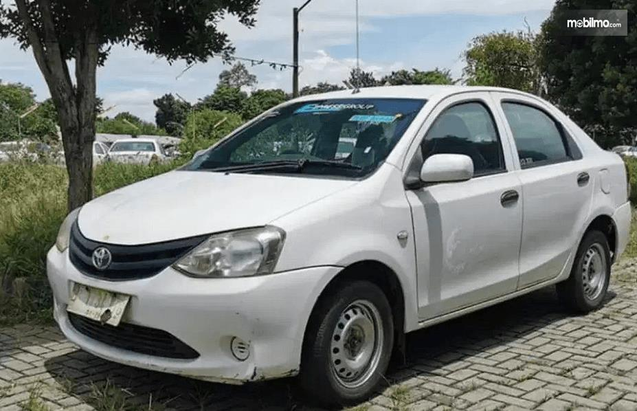 gambar ini menunjukkan bagian depan Toyota Etios Liva ex-Taksi 2013 dan samping kiri