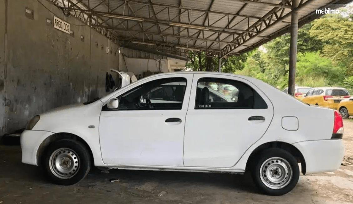 Gambar ini menunjukkan bagian samping mobil Toyota Etios Liva ex-Taksi 2013