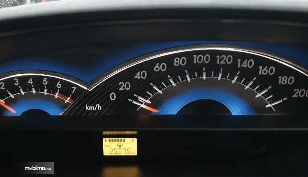 Gambar ini menunjukkan panel instrumen Toyota Etios Liva ex-Taksi 2013