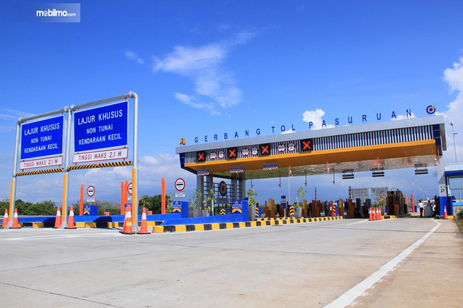 Foto menunjukkan Gerbang Tol Pasuruan