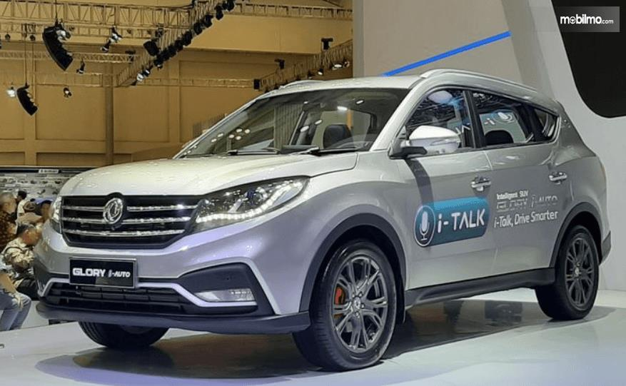 Gambar ini menunjukkan mobil DFSK Glory i-Auto tampak depan dan samping kiri