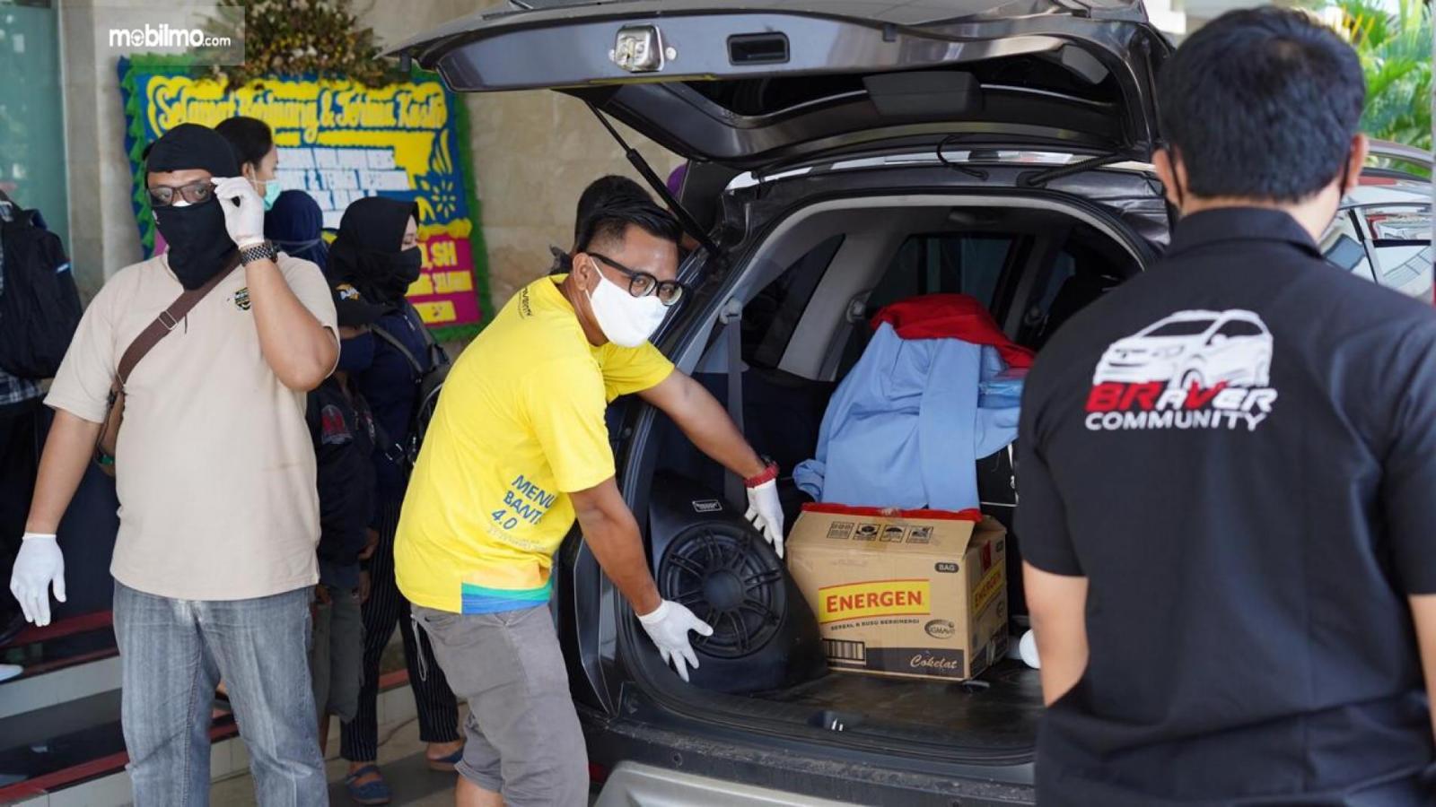 Foto suasana saat penyerahan bantuan dari Komunitas Honda BR-V, INVERNITY