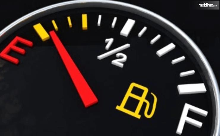 Gambar ini menunjukkan ilustrasi indikator bahan bakar pada mobil