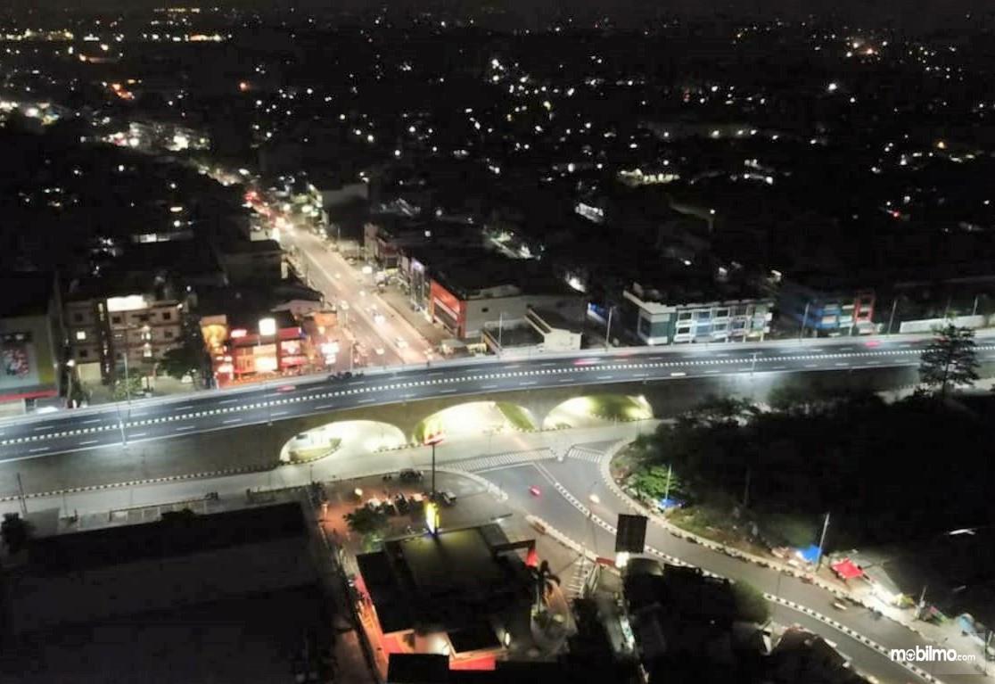 Foto menunjukkan Flyover Martadinata pada malam hari