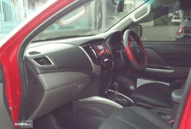 Gambar ini menunjukkan dashboard mobil Mitsubishi Strada Triton 2017