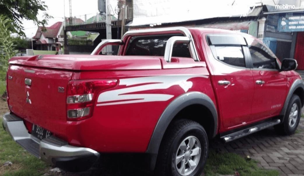 Gambar ini menunjukkan sisi belakang dan samping Mitsubishi Strada Triton 2017