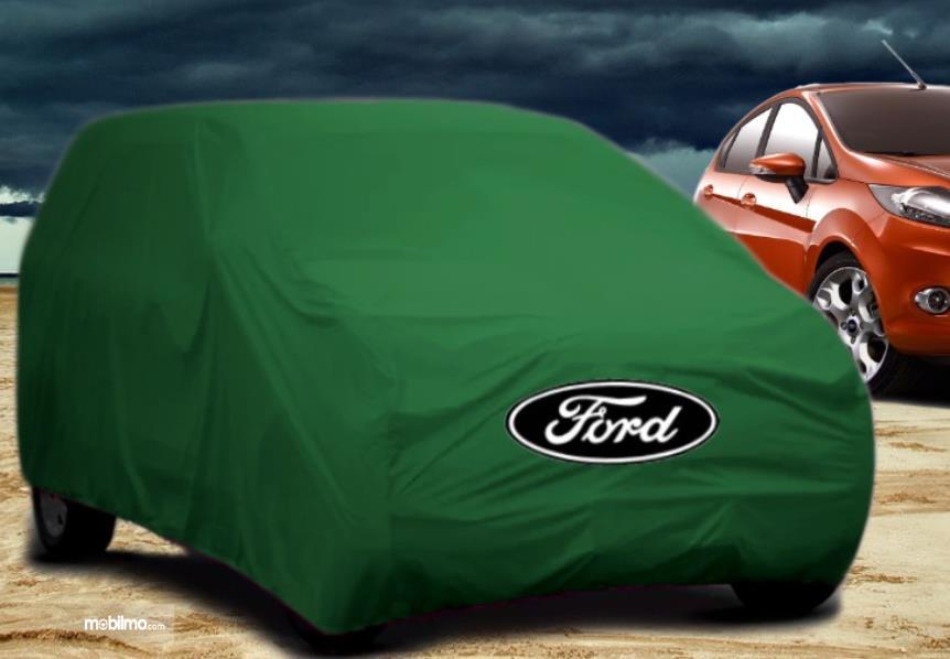 Gambar ini menunjukkan selimut mobil Ford warna hijau