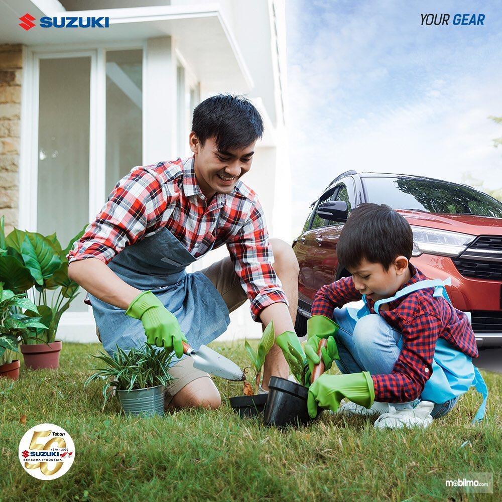 Foto menunjukkan ilustrasi di rumah aja dari Suzuki