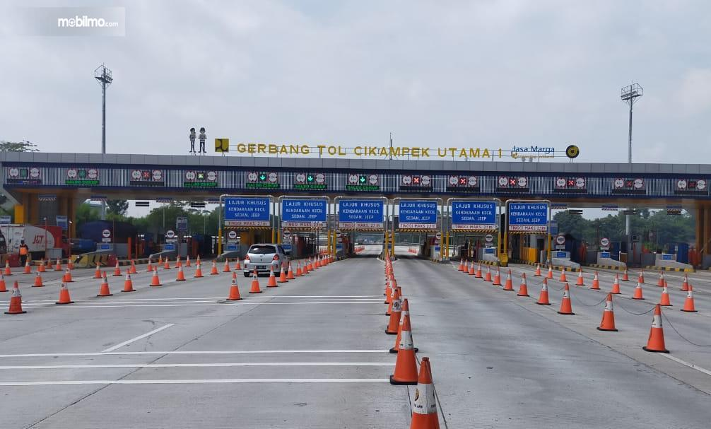 Foto menunjukkan Gerbang Tol Cikampek Utama