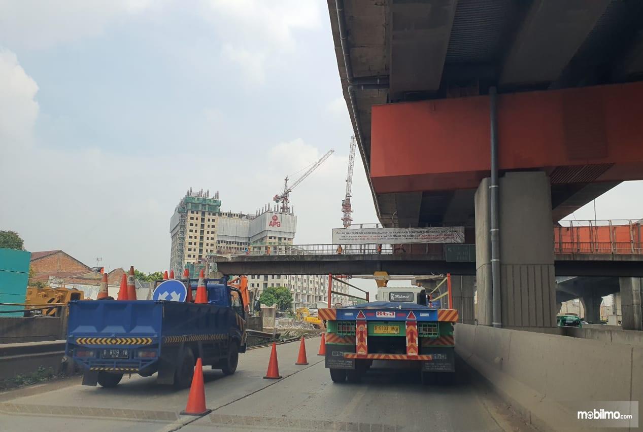 Foto menunjukkan JPO KM 10+550 ruas Tol Jakarta-Cikampek