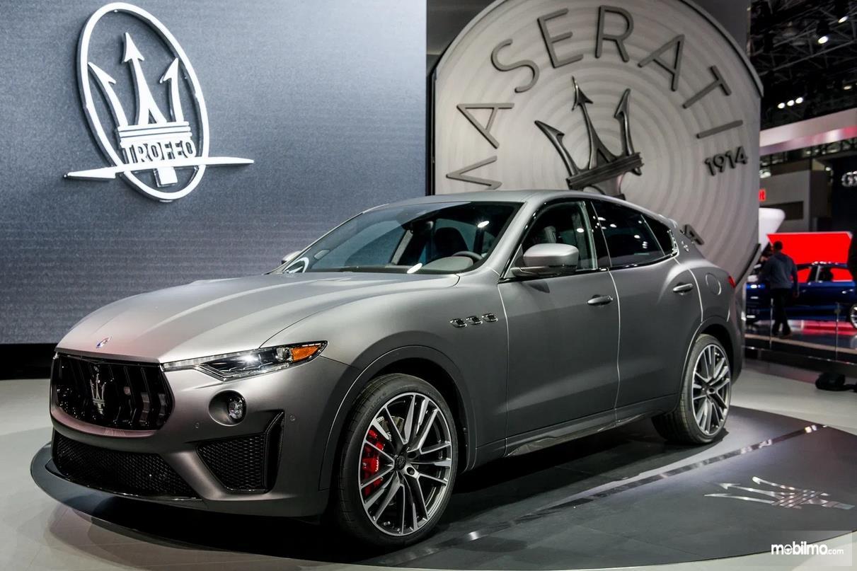 Gambar ini menunjukkan peluncuran mobil Maserati Levante Trofeo warna silver