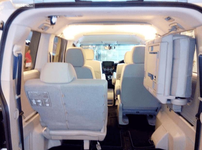 gambar ini menunjukkan bagian kabin mobil Mitsubishi Delica 2017 Indonesia