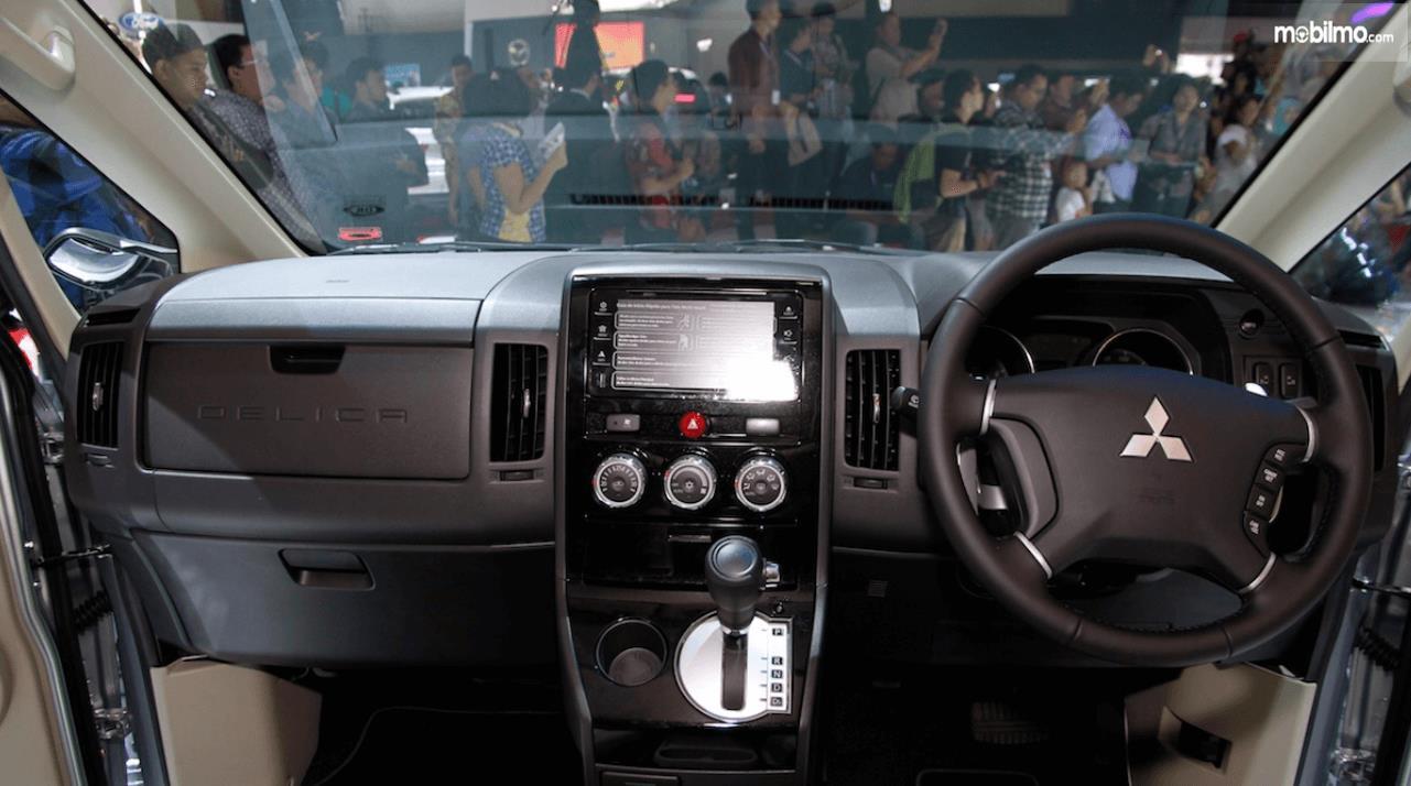 Gambar ini menunjukkan dashboard dan kemudi mobil Mitsubishi Delica 2017 Indonesia