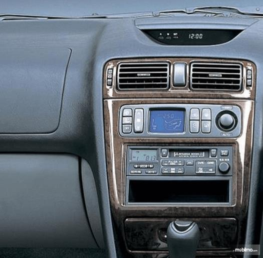 Gambar ini menunjukkan head unit Mitsubishi Galant 1998