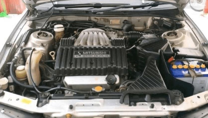 Gambar ini menunjukkan mesin mobil Mitsubishi Galant 1998