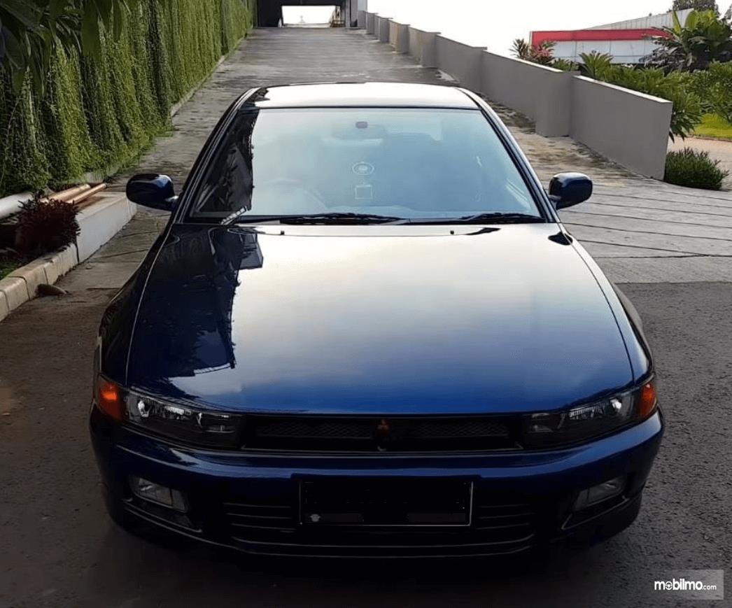 Gambar ini menunjukkan bagian depan mobil Mitsubishi Galant 1998