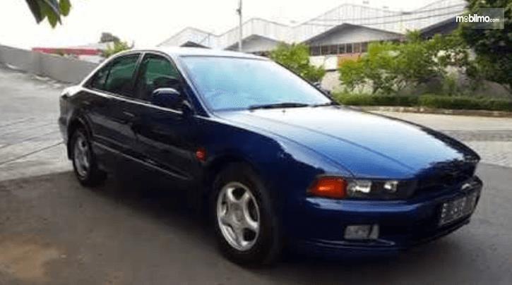 Gambar ini menunjukkan bagian samping mobil Mitsubishi Galant 1998