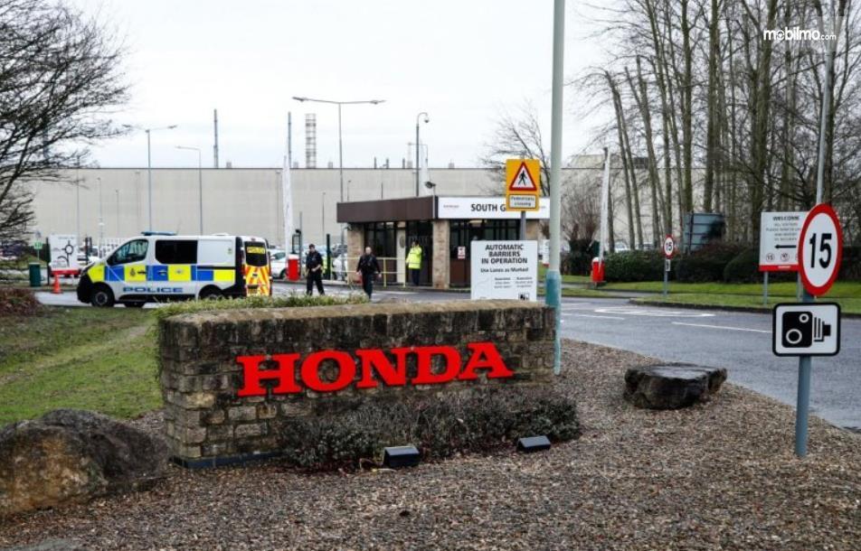 gambar ini menunjukkan salah satu pabrikan Honda yang tutup saat pandemi virus corona