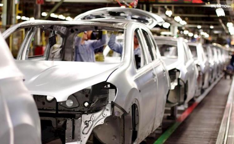 Gambar ini menunjukkan produksi bodi mobil masih warna ckrom