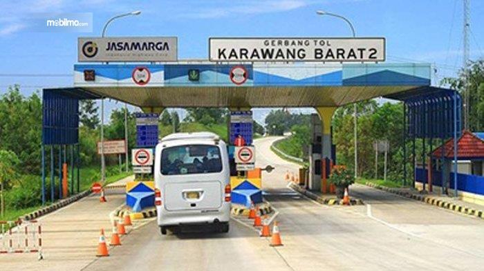 Foto menunjukkan sebuah kendaraan melintas di GT Karawang Barat