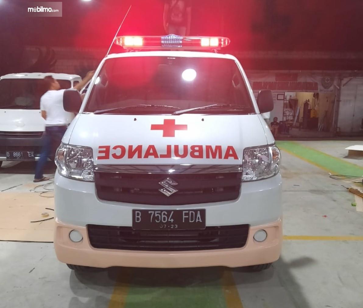 Foto menunjukkan Suzuki APV Ambulance tampak dari depan