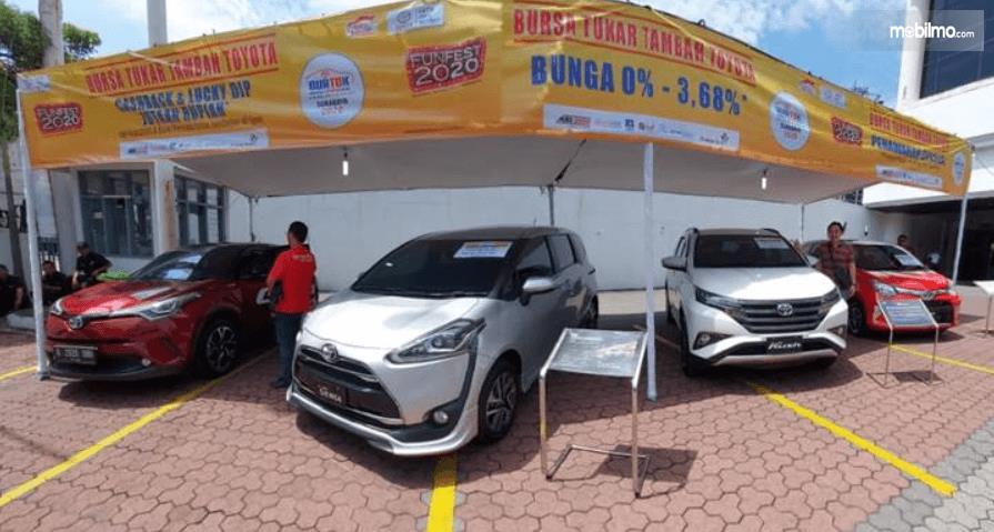 Gambar ini menunjukkan 4 mobil Toyota sedang dilakukan program Toyota Auto2000