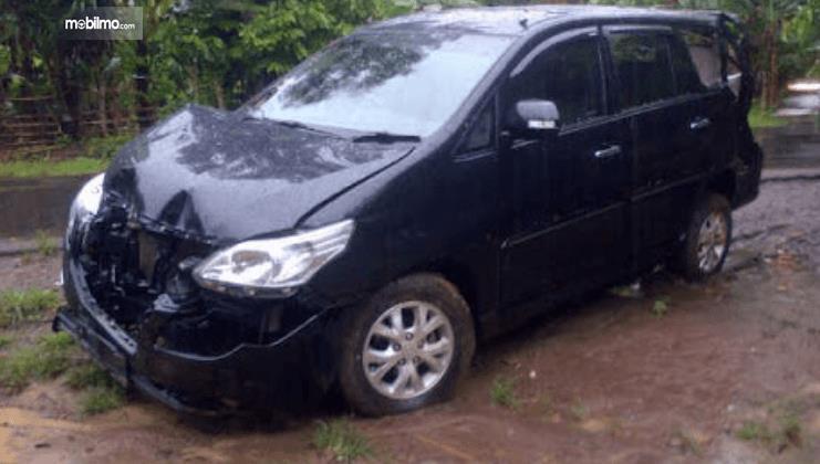 Gambar ini menunjukkan sebuah mobil habis kecelakaan dalam kondisi rusak bagian depan