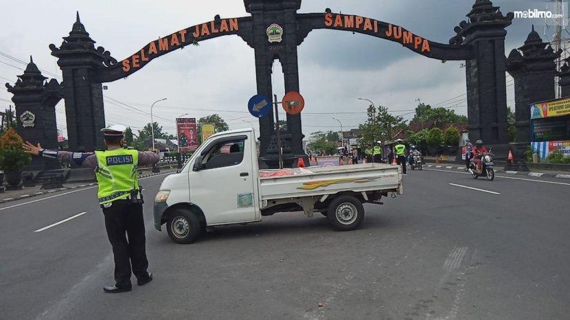 Foto kendaraan berputar balik di Di Yogyakarta