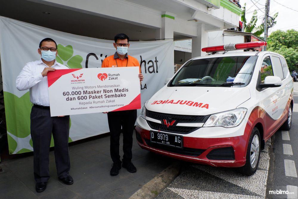 Foto menunjukkan penyerahan bantuan Paket Sembako dan Masker Non Medis dari Wuling