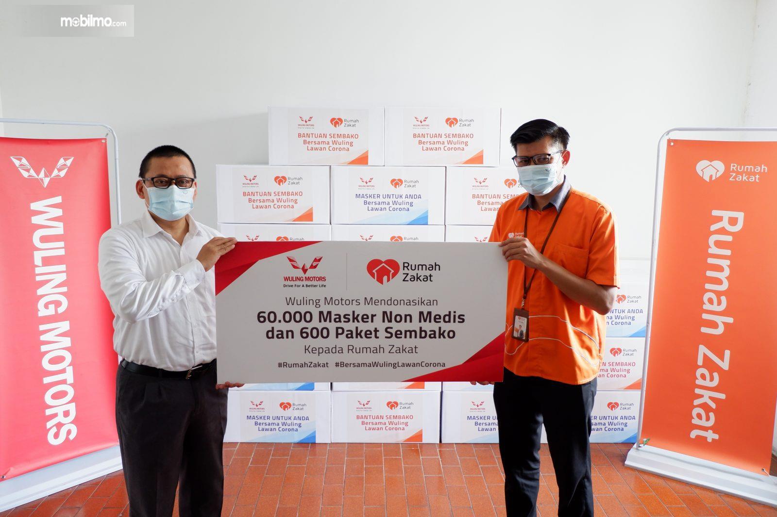 Foto penyerahan Bantuan pake sembako dan masker dari Wuling kepada Rumah Zakat