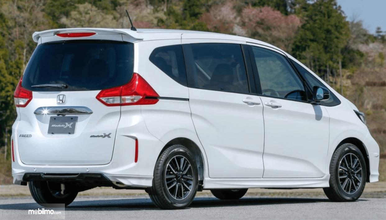 Gambar ini menunjukkan Honda Freed Modulo X tampak belakang dan samping kanan