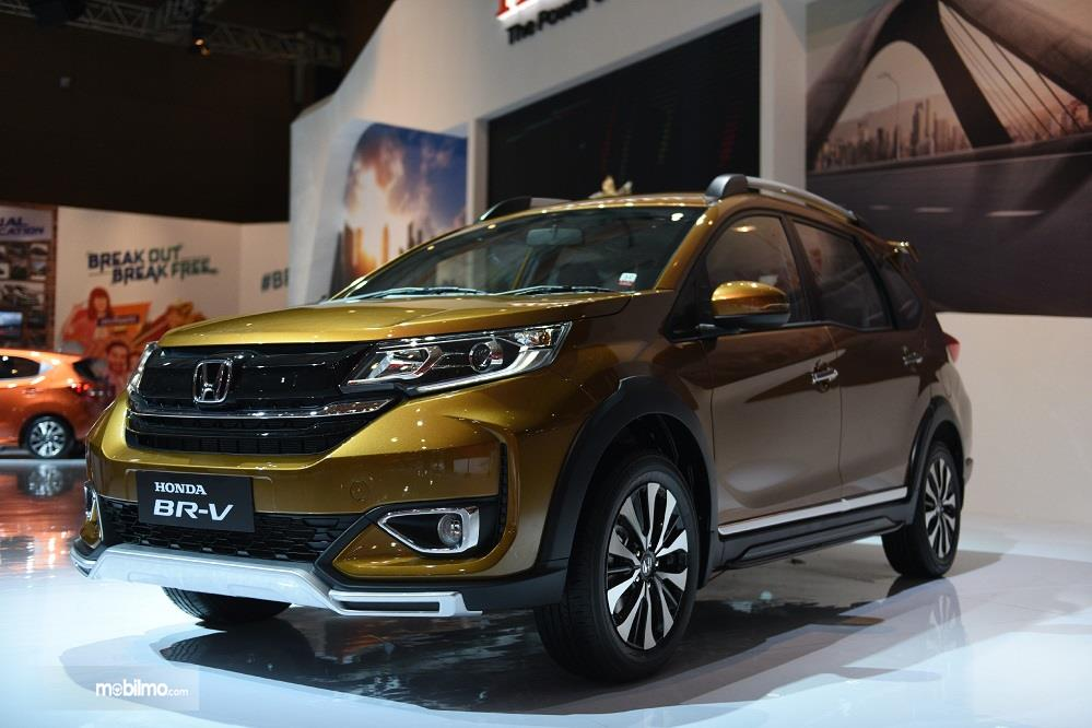 Foto menunjukkan Honda BR-V tampak dari samping depan