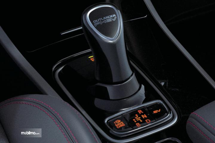 Foto menunjukkan Tuas Transmisi Mitsubishi Outlander PHEV Black Edition