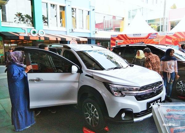 Foto menunjukkan pengunjung pameran melihat-lihat Suzuki XL7