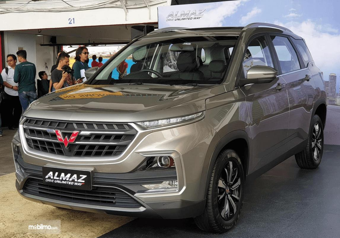gambar ini menunjukkan mobil Wuling Almaz tampak depan