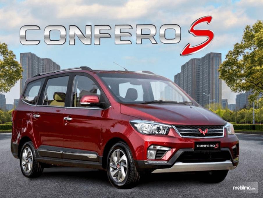 Gambar ini menunjukkan mobil Wuling Confero S tampak samping kanan dan depan