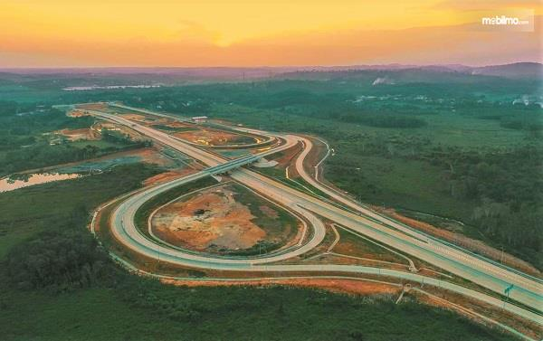 Foto menunjukkan Jalan Tol Balikpapan-Samarinda
