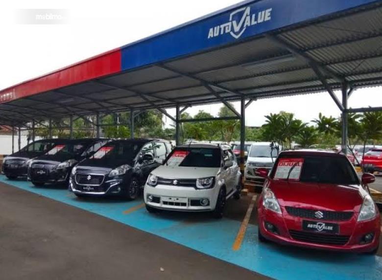 Gambar ini menunjukkan beberapa mobil di Auto Value