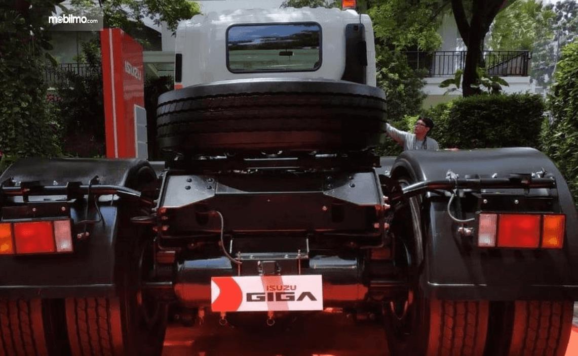 Gambar ini menunjukkan bagian belakang mobil Isuzu Giga Tractor Head GXZ 60 K ABS 2019