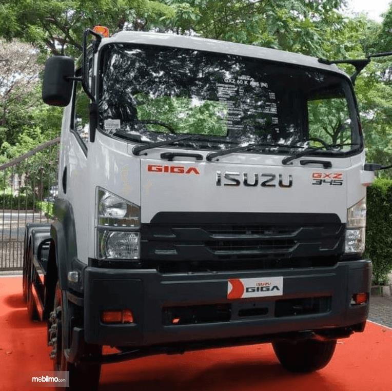 Gambar ini menunjukkan bagian depan mobil Isuzu Giga Tractor Head GXZ 60 K ABS 2019