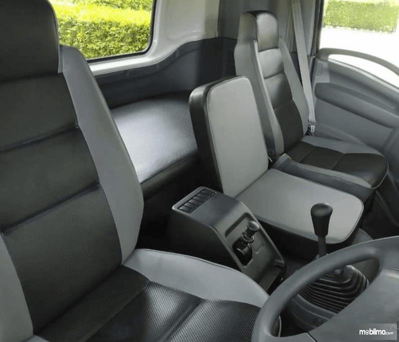 Gambar ini menunjukkan interior mobil Isuzu Giga Tractor Head GXZ 60 K ABS 2019
