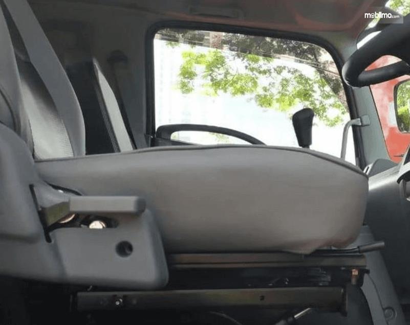 Gambar ini menunjukkan jok pengemudi terlihat dari samping
