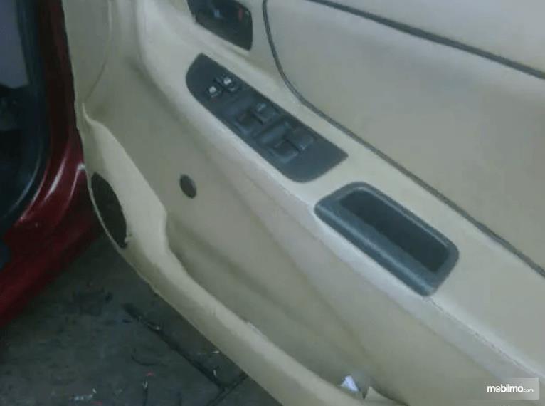 gambar ini menunjukkan pintu bagian dalam mobil Toyota Vios
