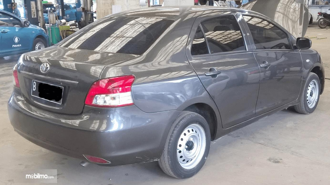 Gambar ini menunjukkan sisi belakang Toyota Limo