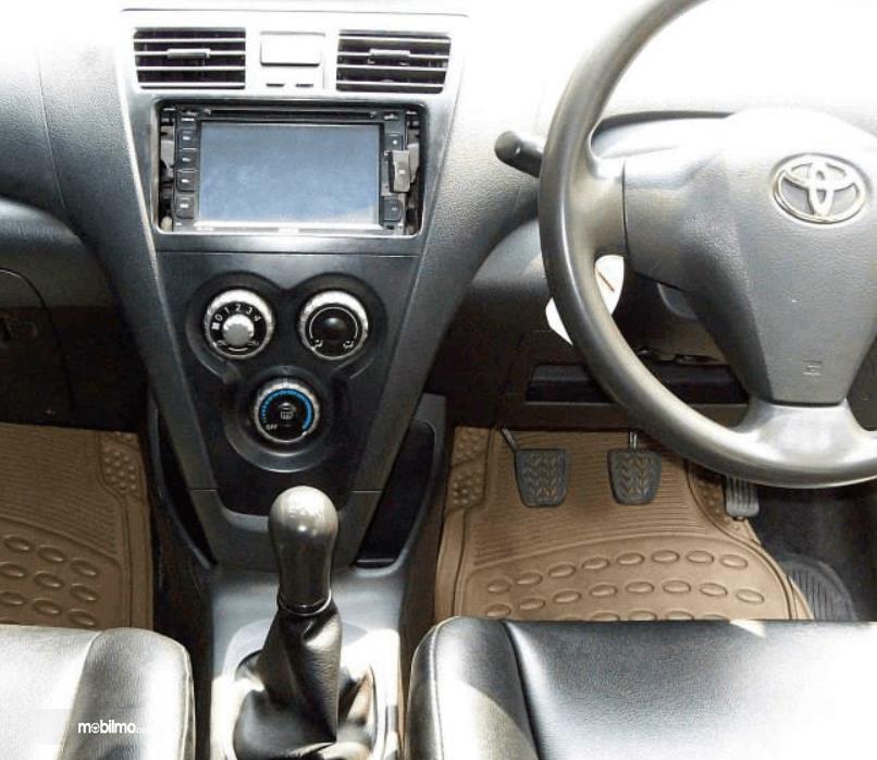 Gambar ini menunjukkan tuas transmisi mobil Toyota Limo