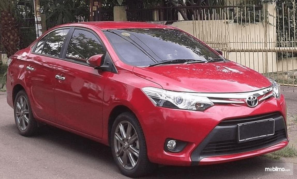 Gambar ini menunjukkan Toyota Vios warna merah