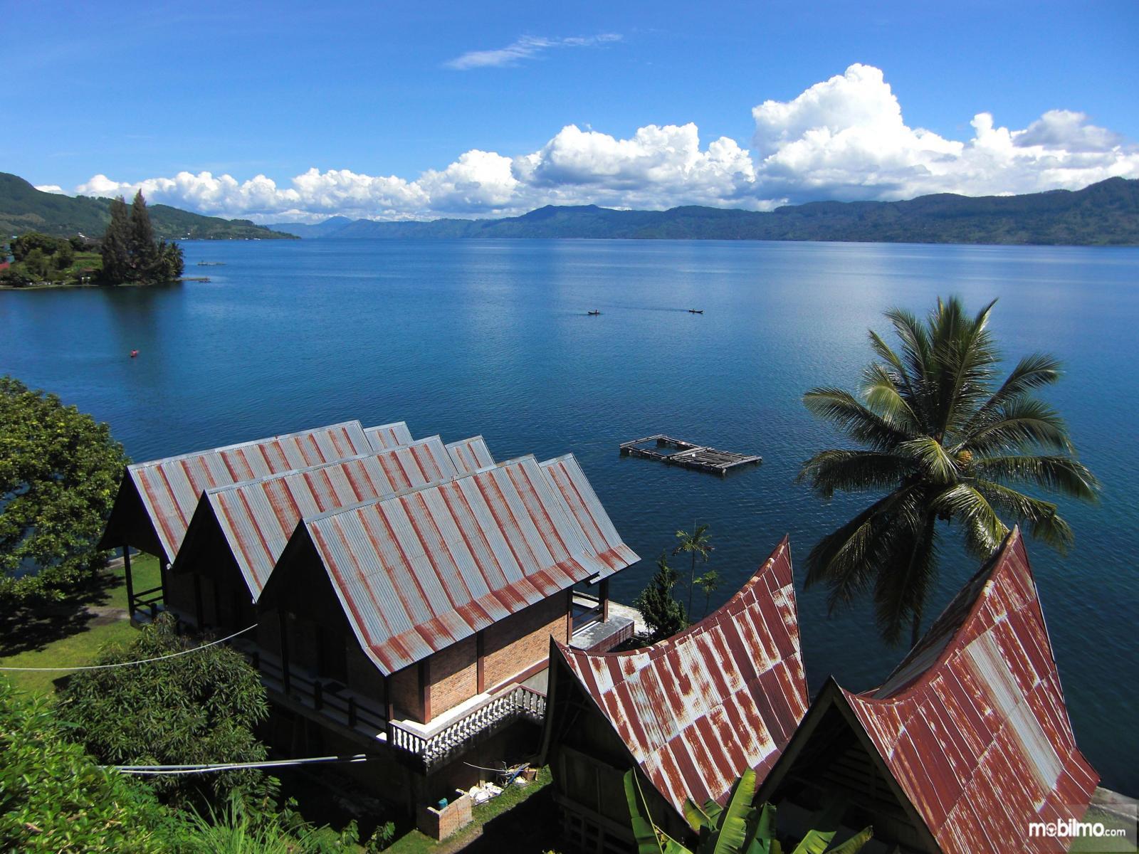 Foto menunjukkan Danau Toba tampak dari kejauhan