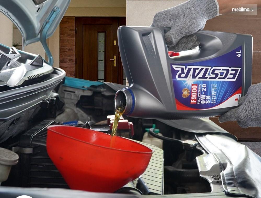 Foto menunjukkan proses ganti oli mobil Suzuki