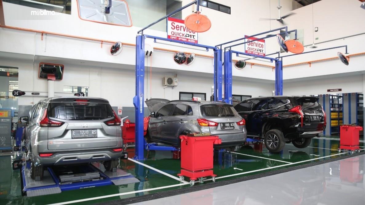 Foto menunjukkan aktivitas kerja di Bengkel Mitsubishi